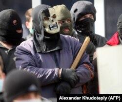 Пророссийские сепаратисты на баррикадах в Донецке, 2014 год