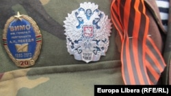 Нагрудные значки и георгиевская ленточка на военной форме одного из участников военного парада в Тирасполе (Приднестровье)