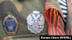 Нагрудные значки и георгиевская ленточка на военной форме одного из участников военного парада в Тирасполе