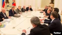 Fotografi nga takimi i delegacionit amerikan të udhëhequr nga Kerry me presidentin rus, Vladimir Putin