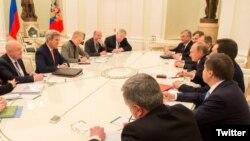 Delegacioni amerikan i udhëhequr nga John Kerry (majtas) dhe ai rus i prirë nga presidenti Putin gjatë takimit të mbrëmshëm në Moskë