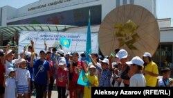 На открытии памятника олимпийской медали были в основном учащиеся. Алматы, 15 августа 2012 года. Фото автора.