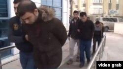 """""""ДАИШ мүшесі"""" деген күдікпен Анкарада ұсталған адамдарды полиция әкетіп барады. Түркия, 29 желтоқсан 2017 жыл."""