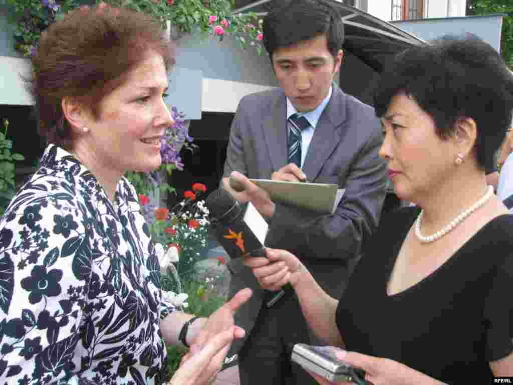 Бывший посол США в КР Мари Йованович дает интервью Бюбюкан Досалиевой.