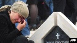 Грузія -- Жінка плаче на могилі солдата, загиблого у серпня 2008 року під час війни з Росією. (Фото зроблене під час відкриття меморіалу в Тбілісі, 26 травня 2009 р.)