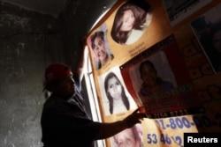Фото пропавших без вести во время попытки перейти границу США с Мексикой нелегальных иммигранток. Мексиканский город Экатепек