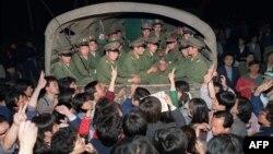 20 мая. Демонстранты остановили грузовик с солдатами.