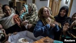 В Пешаваре прощаются с 15-летним подростком, погибшим при нападении талибов на военную школу (16 декабря 2014 года)