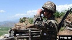 Հայաստանի ԶՈՒ զինծառայողը Ադրբեջանի հետ սահմանին մարտական հերթապահության ժամանակ, արխիվ