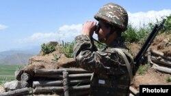 Военнослужащий ВС Армении на границе с Нахичеваном (архивная фотография)