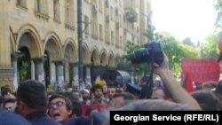 Для экспертов тревожным сигналом послужили препятствия, которые чинили журналистам блюстители правопорядка в освещении разгона первомайской манифестации студентов