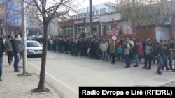 Qytetarët presin në rend për të aplikuar për viza, pranë Ambasadës së Zvicrës në Kosovë