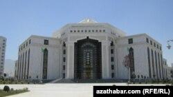 Aşgabatdaky Türkmen Döwlet sungat instituty. Aşgabat, 2012.