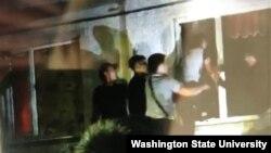 Группа молодых людей пытается залезть через окно в квартиру, где жил предполагаемый похититель пятилетней девочки, подозреваемый в изнасиловании. Сатпаев, Карагандинская область, 24 июля 2020 года.