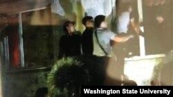 Группа молодых людей пытается залезть через окно в квартиру, где жил предполагаемый похититель пятилетней девочки. Сатпаев, Карагандинская область, 24 июля 2020 года.