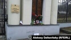 Цветы и свечи у посольства России в Варшаве