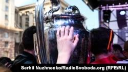 Фоторепортаж: Київ урочисто зустрів кубки Ліги чемпіонів УЄФА