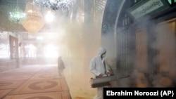 تلاش یک مأمور آتشنشانی برای ضدعفونی کردن محوطه داخلی امامزاده صالح در تهران