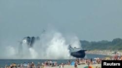 Десантный корабль «Зубр» в Балтийском море у берегов Калининградской области России.