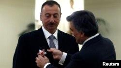 Türkiyə prezidenti Abdullah Gul azərbaycanlı həmkarına şərəf ordeni təqdim edərkən. Ankara, 12 noyabr 2013