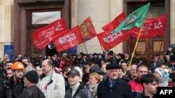 Русия яклылар Харьковтагы хакимият бинасы янында митинг үткәрә. 7 апрель 2014