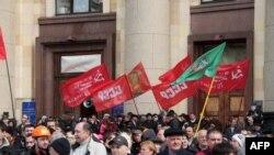 Ռուսաստանի կողմնակից ցուցարարները կոմունիստական դրոշներով և «ԽՍՀՄ» կարգախոսով ցույց են անցկացնում Խարկովի տեղական վարչակազմի շենքի մոտ, 7 ապրիլի, 2014թ.