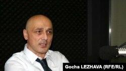 Автор статьи Теа Мархваидзе отмечает, что «заявление Багатурия не было для правящей партии «Национальное движение» громом среди ясного неба - еще на прошлой неделе депутат пригрозил вынести этот вопрос на обсуждение»