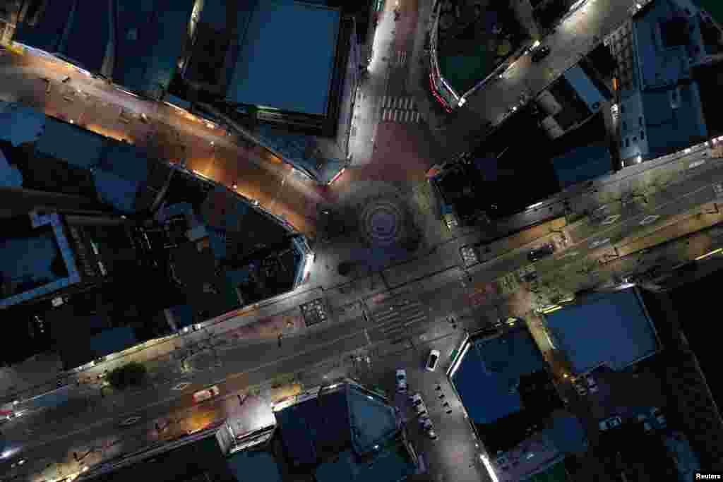 Безлюдная торговая улица Донсон-ро в центральной части города Тэгу, Южная Корея. 24 февраля 2020 года. По последним данным, в Южной Корее зарегистрировали более девяти тысяч случаев заражения коронавирусной инфекцией.