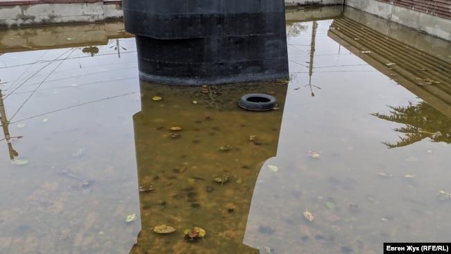 Бассейн заполнен дождевой водой и мусором