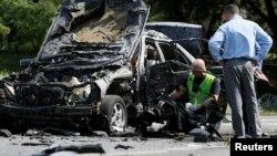 Слідчі працюють на місці вибуху автомобіля, в якому загинув полковник Максим Шаповал. Київ, 27 червня 2017 року