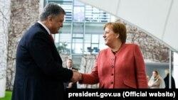 Ukraina prezidenti Petro Poroşenko Almaniya kantsleri Angela Merkel ile körüşüvde, 2019 senesi aprelniñ 12-si