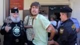 Полиция задерживает акциониста Петра Верзилова, 2010 год