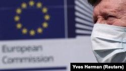 Muškarac sa maskom prolazi ispred sedišta Evropske komisije