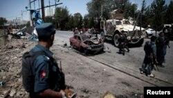 Полицейские на месте нападения в Кабуле, 30 июня 2015 года.