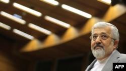 Представник Ірану в МАГАТЕ Алі Асгар Солтаніє слухає виступ Юкії Амано, Відень, 3 червня 2013 року