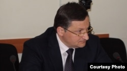 С одной стороны, разговоры о президентских амбициях 46-летнего Беслана Эшба распространились, как только стало известно о досрочных президентских выборах. С другой, в соцсетях тут же стали обсуждать, что его выдвижению помешает незнание абхазского языка фото: abh-ng.ru