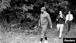Fidel Castro (stânga) la vânătoare în România, mai 1972