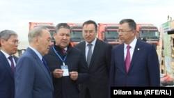 Президент Казахстана Нурсултан Назарбаев (второй слева) на предприятии в городе Шымкента, 27 апреля 2017 года.