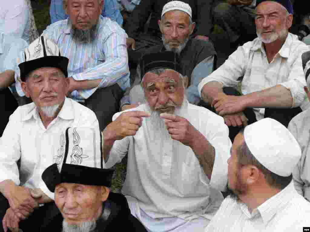 Кыргыз-өзбек аксакалдары чогулуп жыйын курушуп, эки элди элдештирүү аракеттерин көрүп жатышат
