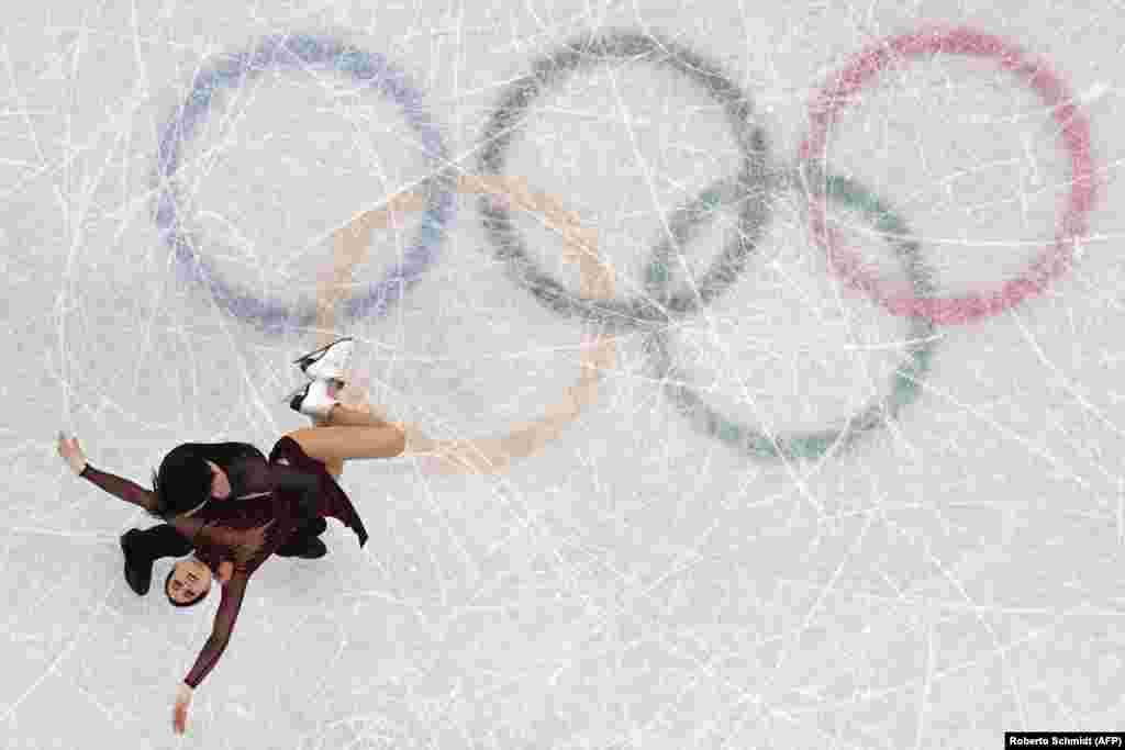 Фигурное катание: канадские фигуристы Тесса Вертью и Скотт Моир во время исполнения танца на льду. Пара взяла золото