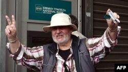 Житель Афин, сумевший снять деньги в банкомате в центре греческой столицы
