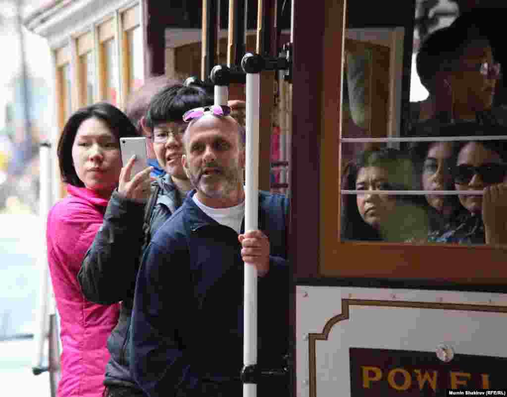 """Стоимость проезда на трамвае шесть долларов, время поездки от центральной улицы Маркет-стрит до конечной остановки """"Рыбаловецкая пристань"""" 20 минут. За это время пассажиры успевают сделать не только """"селфи"""", но и сфотографировать попутчиков, друзей, дома, улицы и даже ради удачного кадра спрыгивают на ходу с подножки трамвая"""