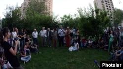 Ակտիվիստները Մաշտոցի պուրակում հանդիպում են Հանրային խորհրդի ներկայացուցիչների հետ, 31-ը հուլիսի, 2013թ․
