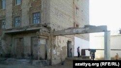 Бауыржан Момышұлы көшесіндегі 76-көппәтерлі тұрғын үй. Қызылорда қаласы, 31 қазан, 2013 жыл.
