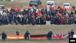 Родственники жертв катастрофы самолета Airbus А320 в Сене (Франция) 26 марта 2015 года