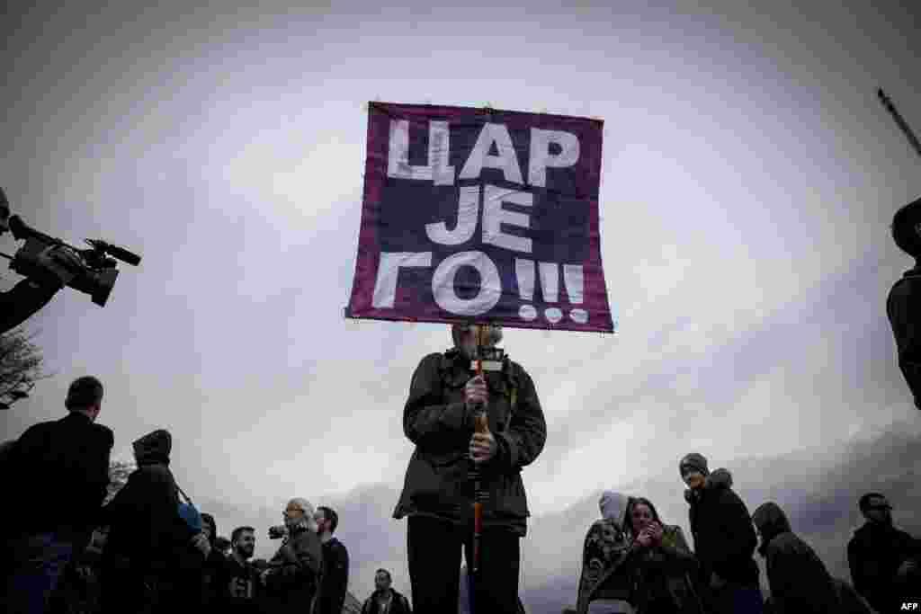 Дэманстранты маршыруюць падчас акцыі пратэсту ў Бялградзе супраць перамогі на прэзыдэнцкіх выбарах прэм'ер-міністра Сэрбіі Аляксандра Вучыча.