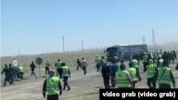 Теңіздегі жұмысшылар наразылығы. Видеодан алынған скриншот.