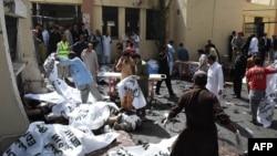 Добровольці покривають тіла загиблих на місці нападу, Кветта, 8 серпня 2016 року