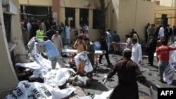 На месте взрыва у больницы в пакистанском городе Кветта. 8 августа 2016 года.
