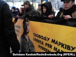 Діана Марків (друга справа), дружина заарештованого добровольця